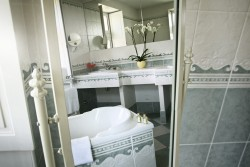 Salle de bain de la chambre La Belle au Bois Dormant